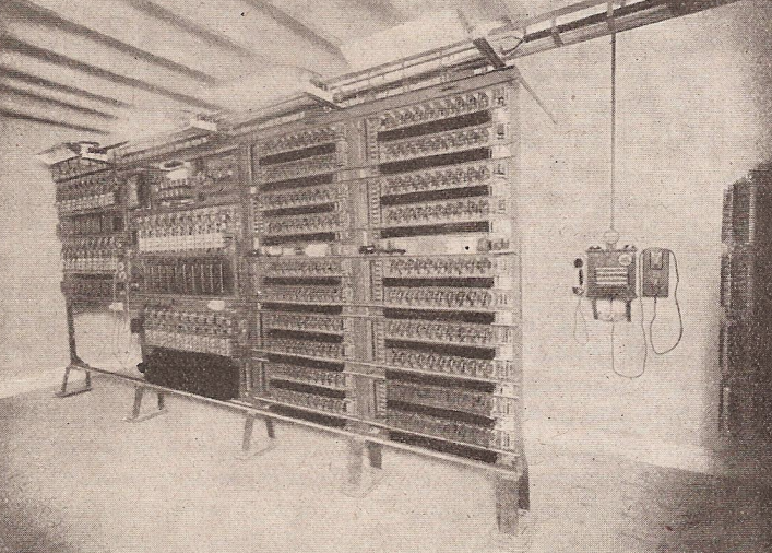 Imatge de la primera central telefònica automàtica de l'estat espanyol, instal·lada a la Plaça Mercadal, núm 51, de Balaguer l'any 1923.
