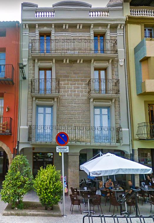 Plaça del Mercadal, 49, Balaguer. Edifici on la Mancomunitat de Catalunya va instal·lar la primera central automàtica de telèfons de l'Estat.