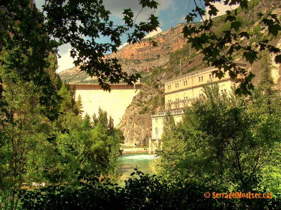 Presa de Camarasa a l'Aiguabarreig dels rius Segre i Noguera Pallaresa. Camarasa, La Noguera. Lleida, Catalunya. Serra del Mont-roig, Serra del Montsec.