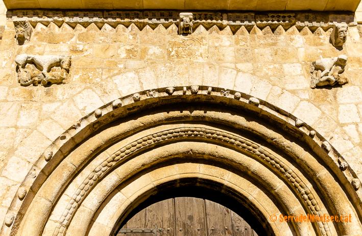 Carcanyols amb dos animals monstruosos apressant éssers humans de l'església de Sant Just i Sant Pastor de Falç, similars als que trobem a l'església de Covet, al Montsec de Rúbies (o de Meià). Tolba, Ribagorça. Osca, Aragó. Montsec de l'Estall.