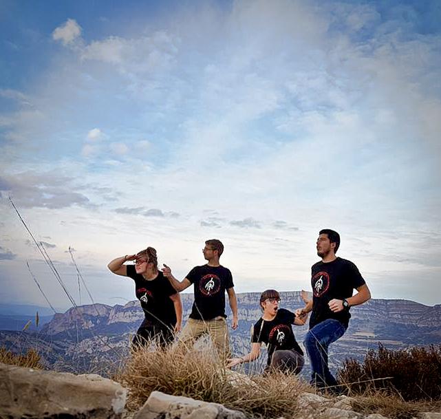 """Mariona Vantolrà, Francesc Llena, Alba Alàs i David Bornay amb la samarreta """"Soc Montsec - Tallat de les Asparets"""" amb el Montsec a l'esquena."""