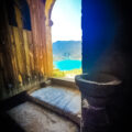 Portal de l'ermita de la Mare de Déu del Congost. Al fons, el Congost de Mont-rebei. Girbeta, Viacamp i Lliterà. Ribagorça, Osca. Aragó. Montsec de l'Estall.