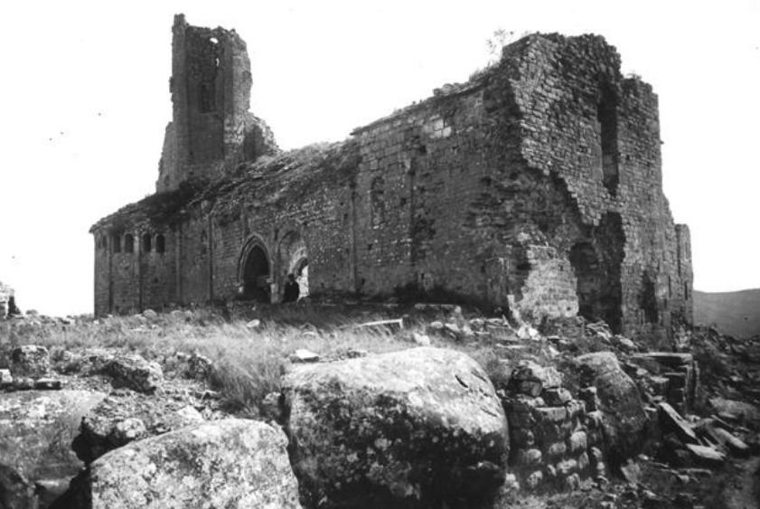 Façana nord i oest de Sant Pere de Ponts l'any 1909, en un estat molt degradat degut a les guerres carlines. Ponts, La Noguera. Lleida, Catalunya. Montsec de Rúbies (o de Meià).