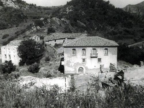 Fotografia de Casa Batlle d'autor i any desconeguts. Encara es podia veure dempeus, al fons a la dreta, l'espadanya de l'antiga església de Sant Miquel, Montfalcó. Viacamp, Ribagorça d'Osca. Aragó, Montsec d'Estall.