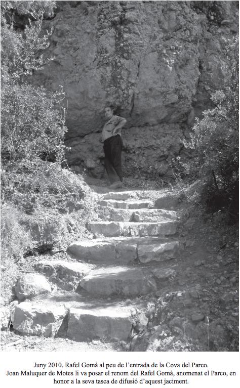 Juny 2010. Rafel Gomà al peu de l'entrada de la Cova del Parco. Joan Maluquer de Motes li va posar el renom del Rafel Gomà, anomenat el Parco, en honor a la seva tasca de difusió d'aquest jaciment. Alòs de Balaguer, La Noguera. Lleida, Catalunya. Montsec de Rúbies (o de Meià).