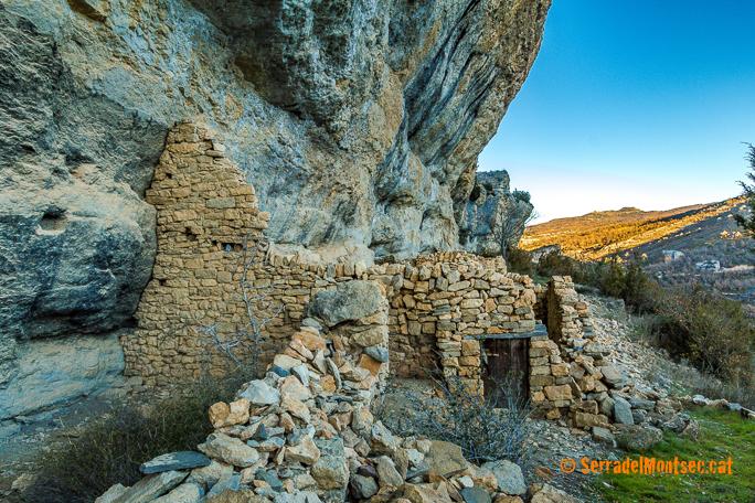 Restes d'antics habitatges a la Feixa de Girbeta, identificats amb l'antic poblat de Girbeta la Vella, Viacamp i Lliterà. Ribagorça, Osca. Aragó, Montsec de l'Estall.