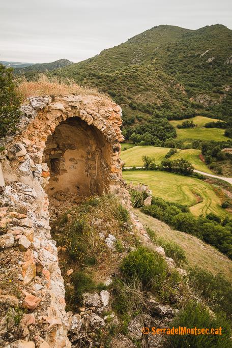 Restes de l'església castellera de Sant Eudald, del Castell de Rubió de Baix. Foradada, La Noguera. Lleida, Catalunya. Montsec de Rúbies (o de Meià).