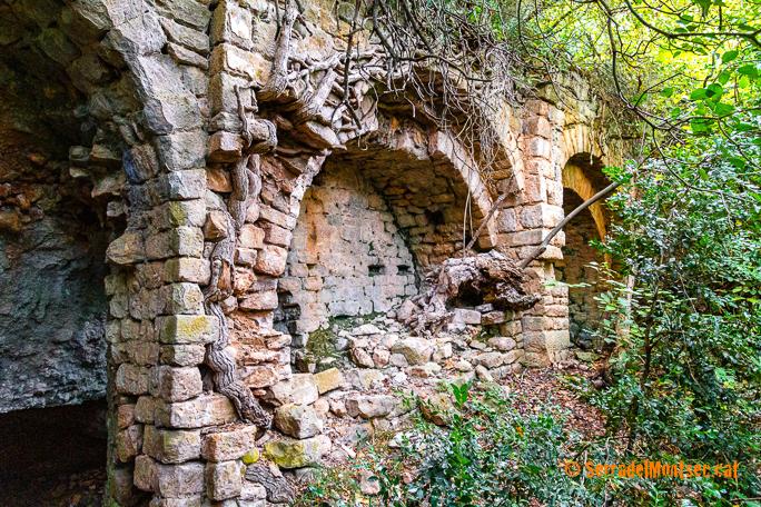 Cova de l'Ermita de la Vansa, on encara s'hi troben les restes de l'església de Santa Maria de la Vansa (o Mare de Déu de Gràcia). Tòrrec. Vilanova de Meià, La Noguera. Lleida, Catalunya. Montsec de Rúbies (o de Meià).