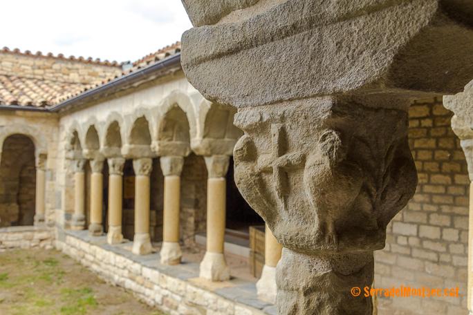 Detall dels capitells del claustre de Santa Maria de Mur, Guàrdia de Noguera, Castell de Mur. Pallars Jussà, Lleida. Catalunya. Montsec d'Ares.