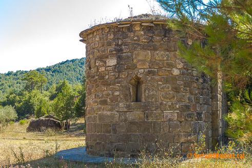 Santa Eulàlia de Pomanyons (o Puimanyons), capella particular de la casa forta de Mas Pomanyons. La Torre de Rialb. Baronia de Rialb. La Noguera, Lleida. Montsec de Rúbies (o de Meià).