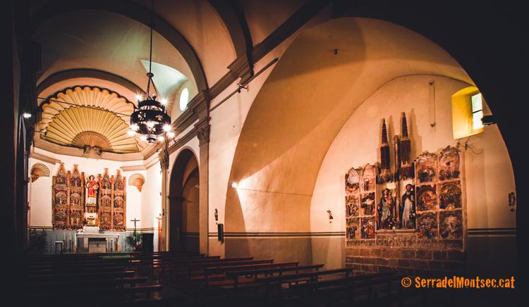 Interior de l'església de Sant Feliu i els dos retaules policromats esculpits en pedra. Alòs de Balaguer. La Noguera, Lleida. Catalunya, Montsec de Rúbies.