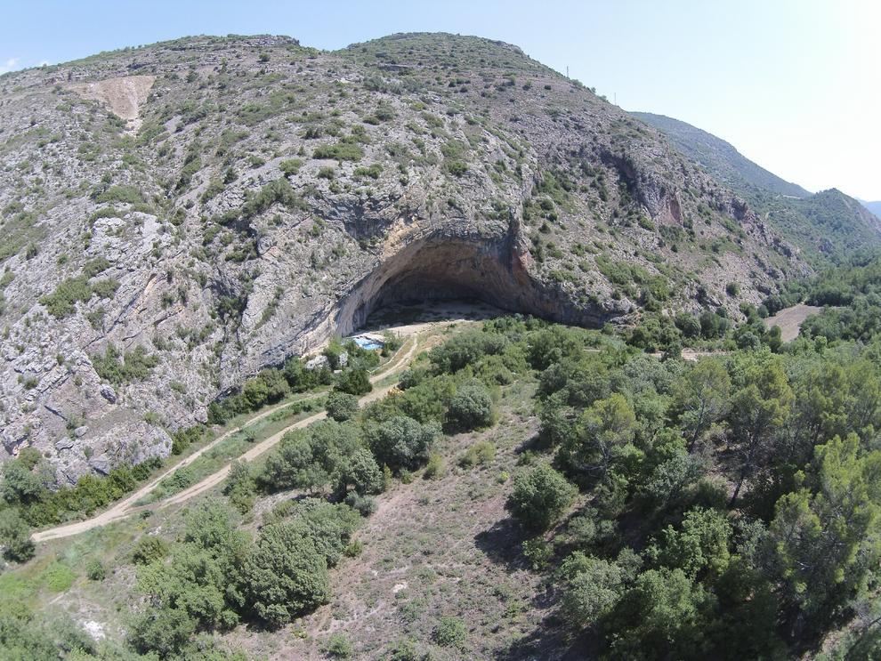 Vista aèria de la immensa cavitat de la Cova Gran de Santa Linya. La Noguera, Lleida. Catalunya, Aspres del Montsec. Foto de CEPAP-UAB.