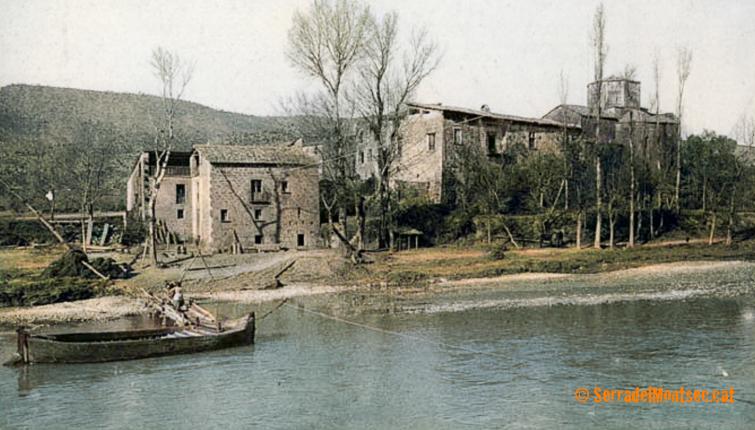 La barca de Gualter que mitjançant una sirga permetia passar a l'altre costat del riu Segre. Fotografia colorejada d'abans de 1920 d'autor desconegut. La Baronia de Rialb, La Noguera. Lleida, Catalunya. Montsec de Rúbies (o de Meià).