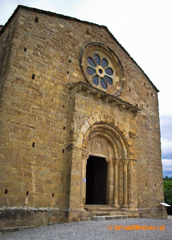 L'enorme mole arquitectònica de Santa Maria de Covet sorprèn per la seva envergadura dins d'un poblet tant petit. Isona i Conca Dellà, Pallars Jussà. Lleida, Catalunya. Montsec de Rúbies (o de Meià).