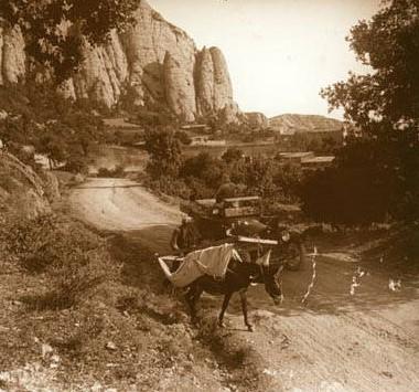 'Baixant de Comiols'. 1918. Santiago Perdigó i Díaz Caneja. Es veu un ruc carregat i un cotxe a la carretera de Comiols sota el Roc de Benavent. Arxiu Fotogràfic Centre Excursionista de Catalunya