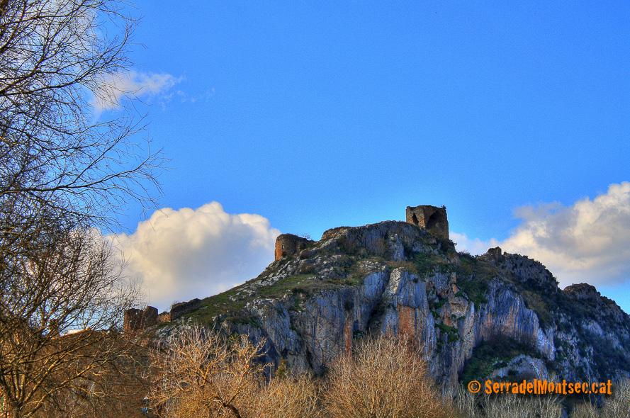 Castell de Rubió de Sòls i església de Sant Eudald (esquerra). Rubió de Sols. Foradada, La Noguera. Lleida, Catalunya. Montsec de Rúbies (o de Meià).