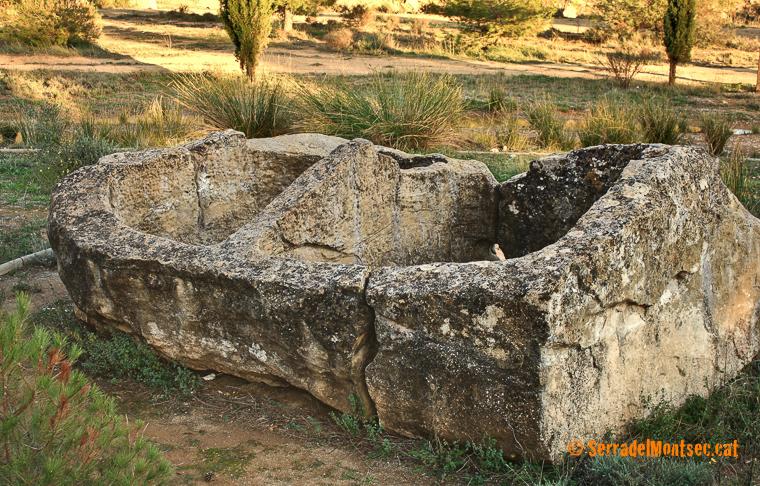 Cisternes del segle XI-XII, que formaven part de la casa forta de La Torre de Pomanyons (o Puimanyons), actualment desapareguda, que devien servir per emmagatzemar oli o vi. Dolmen de Sòls de Riu. La Torre de Rialb. Baronia de Rialb. La Noguera, Lleida. Catalunya. Montsec de Rúbies (o de Meià).