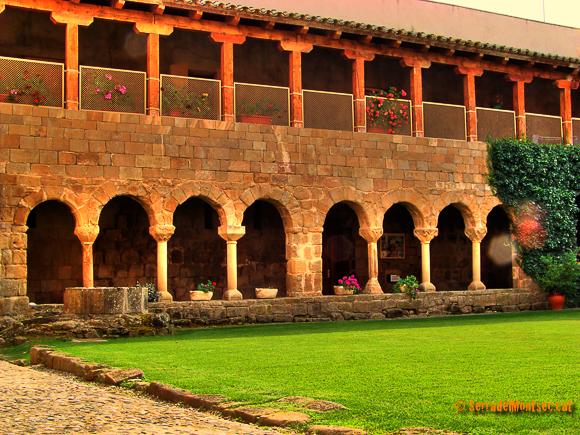 Antic claustre del monestir de Santa Maria de Gualter. La Baronia de Rialb, La Noguera. Lleida, Catalunya Montsec de Rúbies.
